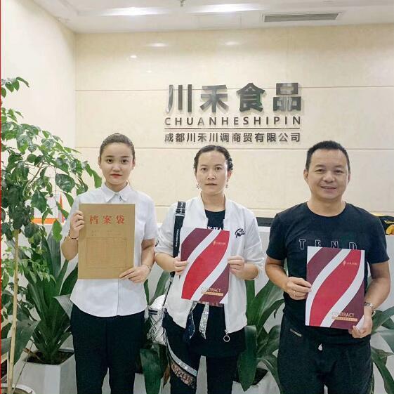 祝賀云南張總簽約龍廠長暖鍋底料炒制技